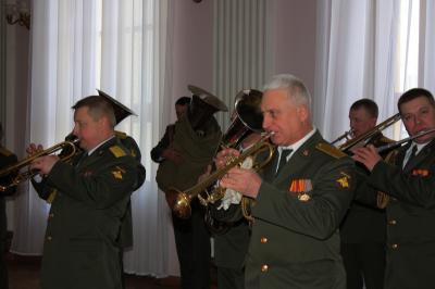 В зале Рязанского театра драмы собрались ветераны, военные, студенты военных учебных заведений Рязани, представители...