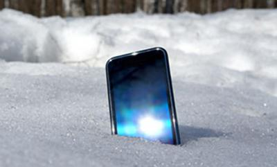 Полицейские обнаружили украденный смартфон вснегу