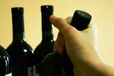 Курянин начал распивать похищенный элитный алкоголь прямо в магазине