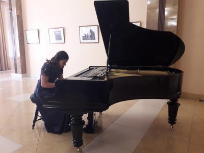 Рязанский губернатор подарил филармонии антикварный рояль